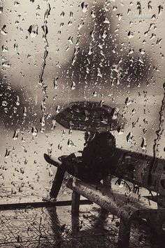 Play rainy for me! Silent rain by Cao Anh Tuan. Walking In The Rain, Singing In The Rain, Arte Black, I Love Rain, Rain Days, Rain Photography, Memories Photography, Photography Photos, Sound Of Rain