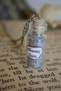 Harry Potter Potion Phoenix Tears Vial ~ I'd like the glitter to be orange & yellow gold. Harry Potter Halloween, Birthday Harry Potter, Soirée Halloween, Harry Potter Schmuck, Harry Potter Jewelry, Harry Potter Thema, Harry Potter Potions, Bottle Jewelry, Bottle Charms