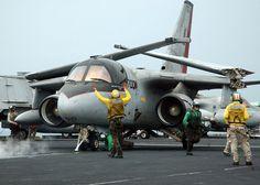 """Golfo Pérsico (15 Nov., 2005) - Un S-3B Viking asignado a la """"Scouts"""" de Mar del Escuadrón de Control de dos por cuatro (VS-24), se prepara para lanzar desde la cubierta de vuelo del portaaviones de la clase Nimitz USS Theodore Roosevelt (CVN 71). Roosevelt y se embarcó del molinete Ocho (CVW-8) están llevando a cabo en el Golfo Pérsico"""