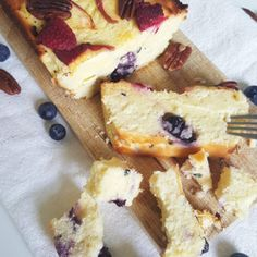 Kwarkcake met zomerfruit   Recept   Betty's Kitchen Cheesecake Recepten French Toast, Avocado, Paleo, Sweets, Candy, Watch, Breakfast, Healthy
