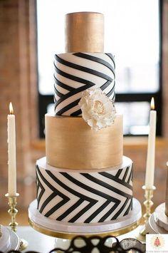 Metalizada con negro, bordes perfectamente rectos y una flor como acento: este pastel de bodas marca la tendencia del 2016.