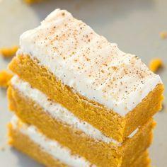No Bake Carrot Cake Protein Bars (Paleo, Vegan, Gluten Free) Paleo Protein Bars, Healthy Snack Bars, Protein Bar Recipes, Healthy Baking, Yummy Snacks, Snack Recipes, Yummy Food, Protein Cake, High Protein