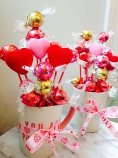 Candy Bouquet Valentines – Valeria Out Loud Valentines Day Baskets, Valentines Day Decorations, Valentines Diy, Valentine Bouquet, Bouquet Cadeau, Candy Bouquet Diy, Creative Money Gifts, Candy Flowers, Chocolate Bouquet