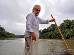 O sertanista José Meirelles no rio Envira, na fronteira do Acre com o Peru. (Foto: Arquivo pessoal)