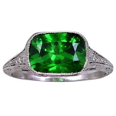 A DEMANTOID(GREEN)GARNET,PLATINUM & DIAMOND RING OF PEERLESS QUALITY, MADE IN THE EARLY YEARS OF THE 20TH CENTURY,UNMARKED & UNSIGNED, circa 1905