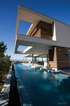 12 Modern Pools: Stefan Antoni Olmesdahl Truen Architects, also known as SAOTA, designed this six-bedroom beach house home in South Africa. The pool is long and linear, running closely alongside the terraced house, with an ocean view. Contemporary Architecture, Amazing Architecture, Interior Architecture, Modern Contemporary, Garden Architecture, Modern Luxury, Installation Architecture, Contemporary Building, Sustainable Architecture