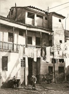 1952. Corrala en Lavapiés Antique Photos, Vintage Photos, Old Pictures, Old Photos, Foto Madrid, Spain Images, World Cities, Art Graphique, Slums
