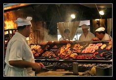 Montevideo es una ciudad que mantiene fuertes características de barrio, donde se destacan ferias de frutas y verduras, mercados de pulgas y antiguos almacenes.