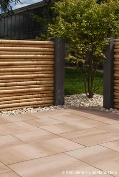 Moderner, asiatisch angehauchter Sichtschutz mit Bambuselementen. Privatsphäre im Garten ist garantiert und die Trennwand macht optisch was her. Mediterrane Farben und Gestaltung mit Kiesbeet. #design #rinnbeton #gartengestaltung