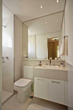 banheiro com espelho amplo