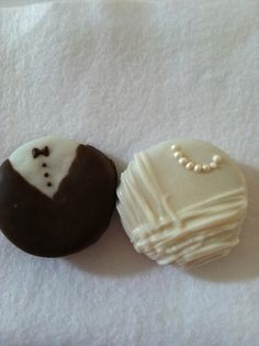 Bride & Groom Oreo Favors for wedding or bridal shower. I might have to make these just cuz. Wedding Cookies, Wedding Favours, Wedding Themes, Wedding Gifts, Wedding Decorations, Dream Wedding, Wedding Day, Wedding Dreams, Do It Yourself Wedding