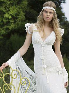 Robe de mariée kali , yolancris , un décolté en V devant et dos en galons de dentelle verticaux plaqués sur le buste , un détail interressant qui marquera plus particulièrement la taille de la mariée  [...]