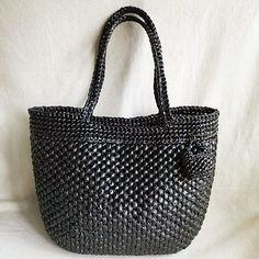 ブラック追加! 定番デザインは 定番カラー展開したい! 黒はさりげなく 場所を選ばず使えるのが魅力❤ 大人が持ってカッコいい。 このブラックはまさしく。 あとは…ブラウンも作りたいね☺ blog更新してます❗ #crocheting #crochetaddict #crocheted #planetgreen #かぎ針編みバッグ #編みバッグ #スズランテープ #スズランテープバッグ #PPテープ #カゴバッグ #かごバッグ #プラネットグリーン #青森市 #青森 #椿山クラフトキャンプ #青森クラフトイベント #handmadebag #ハンドメイド
