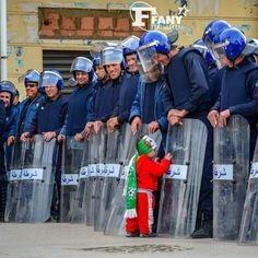 L'image de la marche du 22 mars : l'enfant et les policiers — TSA