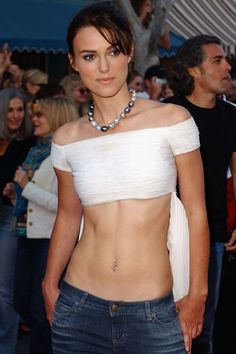 Keira Knightley pictures of how her style evolved over her career. Keira Knightley Style, Keira Christina Knightley, Hollywood Actresses, Actors & Actresses, Tone Belly, Flat Belly, Sexy Body, Her Style, Pretty Woman
