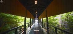 【汀邸 遠音近音】レセプションへと続く美しい設計の渡り廊下