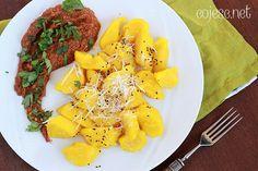 Dyniowe kopytka z sosem z pieczonej papryki, dyni i sezamu (bezglutenowe, wegańskie)