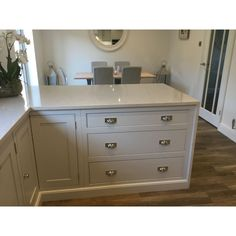 A lovely example of our handmade kitchens kitchen of christchurch Classic Kitchens New Site – Classic Kitchens New Site Kitchen Paint, New Kitchen, Kitchen Decor, Shaker Kitchen, Kitchen Ideas, Kitchen Pulls, Kitchen Trends, Kitchen Layout, Kitchen Designs