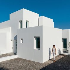 This bright white summer house on the Santorini coastline comprises a series of staggered blocks, designed by Kapsimalis Architects to reflect the traditional housing on the Greek island. Find out more on dezeen.com/tag/houses #architecture #house #Greece Photograph is by Julia Klimi.