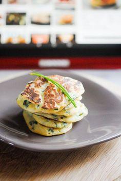 Recette hyper simple de blinis aux pommes de terre et ciboulette.