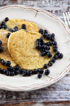 Kuchnia w wersji light: Pancakes z mąki kokosowej z jagodami Pancakes, Breakfast, Food, Per Diem, Meal, Pancake, Eten, Meals, Morning Breakfast