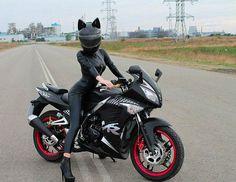 Schwarze Leder-Biker mit Katze Ohr Helm