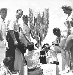 A taça Bardahl da III Mil Milhas de 1958 com a Miss Bardahl no podio. (Foto: Reprodução/Bardahl)