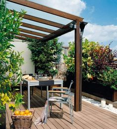 aménager la terrasse avec une pergola et un mobilier en bois