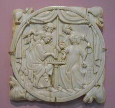 Valve de miroir :Joueurs d'échec, vers 1300, ivoire, Musée de Cluny. L'attitude de la femme qui joue à droite m'amuse beaucoup, elle semble préparer un bon coup contre son adversaire!