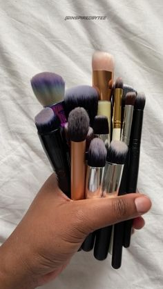 A quick and easy way to clean your makeup brushes using jusy househild items 👀💃🏾 watch the video to find out how. #makeup #makeupbrushes #howtocleanmakeupbrushes #makeuptutorial #cleaning Makeup Brush Hacks, Diy Makeup Brush Cleaner, Makeup Brush Uses, Makeup Brush Roll, How To Clean Makeup Brushes, Diy Beauty, Beauty Makeup, Eye Makeup, Makeup Items