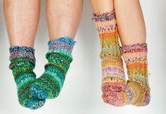 """Gratis strikkeopskrifter! Hjemmestrikkede sokker er populære, så det er ikke for tidligt at gå i gang med produktionen af de små """"varmeapparater"""". Strikker du flere, end du selv kan bruge, kan du også deltage i vores konkurrence – og måske vinde en symaskine!"""