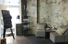 Vieux murs en brique et table basse en bois