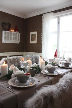 Check Out 33 Stylish Shades Of Grey Christmas Decor Ideas. Everyone loves Christmas! Every year we gather, decorate our homes, trees, cook amazing dinner and warm up together. Industrial Christmas Decorations, Christmas Decorations For The Home, Christmas Table Settings, Christmas Tablescapes, Christmas On A Budget, Christmas Mood, Christmas Design, Family Holiday, Christmas Ideas