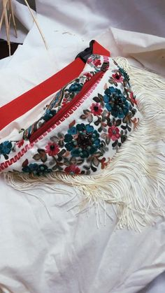 Rose Embroidery, Hand Embroidery Designs, Embroidered Clothes, Embroidered Flowers, Types Of Purses, Collars For Women, Beaded Brooch, Celine Bag, Prada Bag