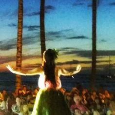 For free things to do on Oahu and a taste of Hawaii culture activities, have a look at a hula show on the beach in Waikiki with Hawaiian music and dancers!