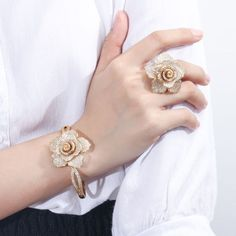 Jewelry Making Aesthetic Gold Ring Designs, Gold Bangles Design, Gold Jewellery Design, Hand Jewelry, Rose Gold Jewelry, Bridal Jewelry, Wedding Jewelry Sets, Wedding Ring, Jewelry Rings
