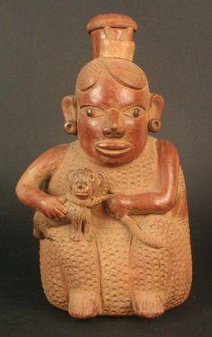 Botella asa estribo: mujer con felino – Museo Chileno de Arte Precolombino Museo Chileno de Arte Precolombino