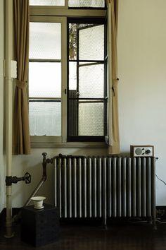 この部屋を特徴づける古いラジエーターと配管は、ちょっとしたオブジェのよう