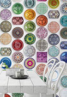 Des assiettes colorées en trompe-l'oeil sur du papier peint ? Pourquoi pas !