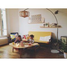 Soirée télé à la maison , kinfolk home, canapé jaune