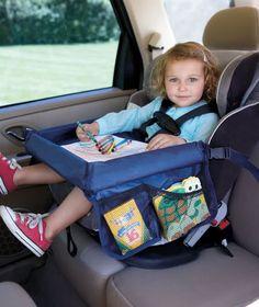 Cadeirinha de segurança para auto com bandeja de atividades.