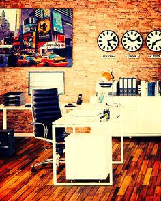 """Un grand bureau d'angle """"Fidji"""", un fauteuil design et confortable """"Colombe"""", une décoration """"Times Square"""" chaleureuse et professionnelle ... Le bureau idéal commence sur techneb.com #design #bureau #fauteuil #décoration #tableau #confort #techneb #worker #style #professionnel #contemporain #moderne"""