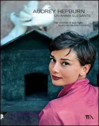 Un libro raffinato per un regalo di Natale di sicuro effetto a quanti vedono in Audrey Hepburn, la stella più luminosa tra le icone indimenticate della frivola Hollywood. Il suo fascino e la sua gr…