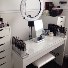 Makeup Storage Clear Box lest Makeup Vanity Looks, Makeup Storage Case at Makeup Revolution Powder In Banana Vanity Room, Vanity Set, Vanity Ideas, Mirror Vanity, White Vanity, Table Mirror, Dresser Ideas, Diy Vanity, Rangement Makeup