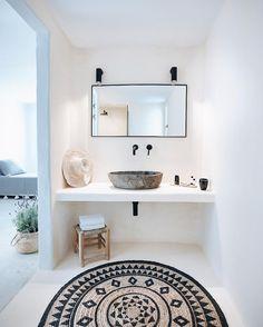 Minimal Chic 346566133823144194 - tribal print rug // home design // interior // home decor // white bathroom with black accents Source by White Bathroom, Bathroom Interior, Modern Bathroom, Design Bathroom, Wc Bathroom, Floating Bathroom Sink, Bling Bathroom, 1950s Bathroom, Parisian Bathroom