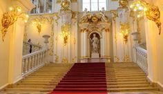 Les trésors les plus précieux de Saint Pétersbourg se cachent dans le sublime palais de l'Hermitage. Tout commence par son entrée de réception de marbre blanc et d'or. Ensuite prenez le temps de voyager entre les chefs d'oeuvre de l'histoire et de l'art. Du Néolithique à l'art moderne en passant par la Renaissance et l'histoire des cinq continents. Un sublime voyage dans le temps! #hermitage #saintpetersburg #russia
