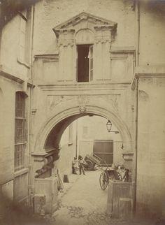 Arc de Nazareth, arcade de pierre édifiée en 1550 au niveau de la rue de Nazareth, démontée et remontée dans le jardin du musée Carnavalet vers 1870 - Ancienne Préfecture de police de Paris, rue de Jérusalem, 1850-1854 par Pierre Ambroise Richebourg.