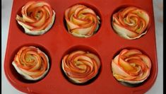 She Starts By Soaking Slices Of Apple In Water. The End Result Is Both Delicious And Beautiful Tart Recipes, Vegan Recipes, Ratatouille, Vegan Vegetarian, Sushi, Tray, Food And Drink, Appetizers, Apple