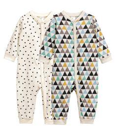 Türkis. CONSCIOUS. Schlafanzüge aus weichem Bio-Baumwolljersey mit Druck. Modell mit Druckknöpfen vorn und entlang des einen Beins.