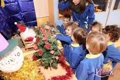En la clase de P2 #BabygardenISP se ha montado un pequeño belén y un bonito árbol de Navidad. Los peques han colaborado colgando los adornos. Viviendo la Navidad. 🎄 #NavidadISP. www.colegiosisp.com